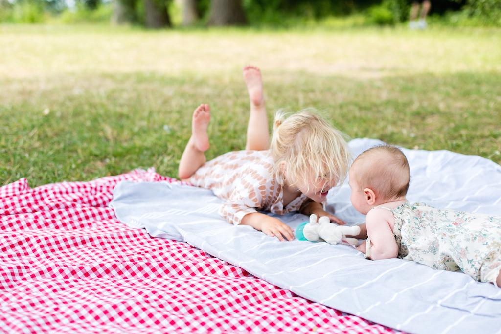picnic-sisters-1