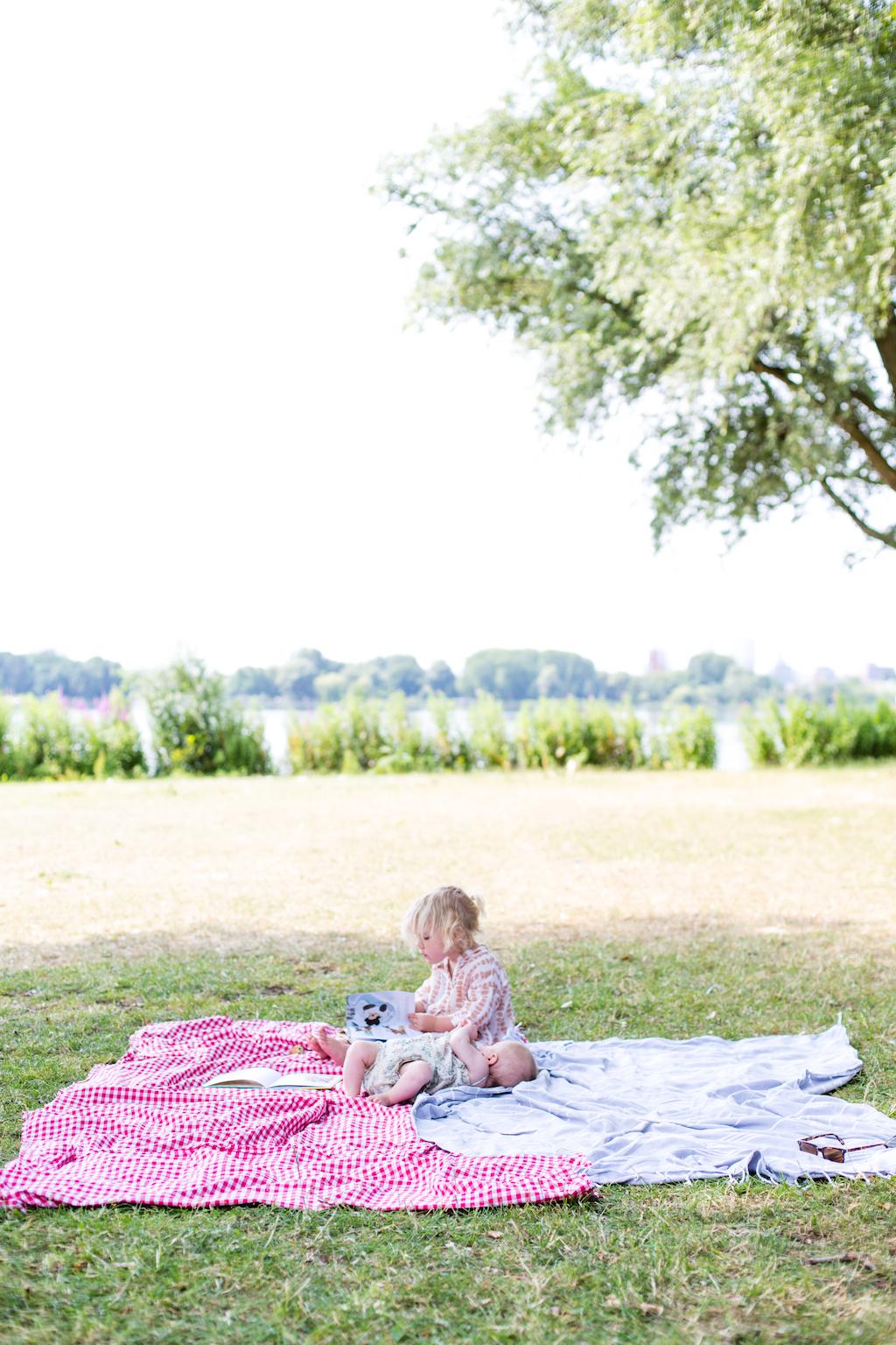 picnic-sisters-4